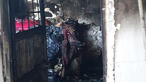 Alevlerin arasına dalan arkadaşlarını son anda uyardı (Video)
