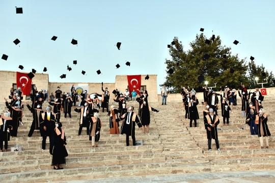 HRÜ Sosyal mesafe kurallarına uygun olarak mezuniyet törenini gerçekleştirdi (Video)