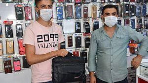 Suriyeli genç kaldırımda bulduğu telefon dolu çantayı sahibine teslim etti (Video)