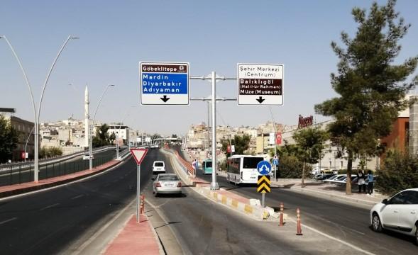 Büyükşehir, Şanlıurfa yollarını 'başüstü t levhaları'yla donatıyor (Videolu Haber)