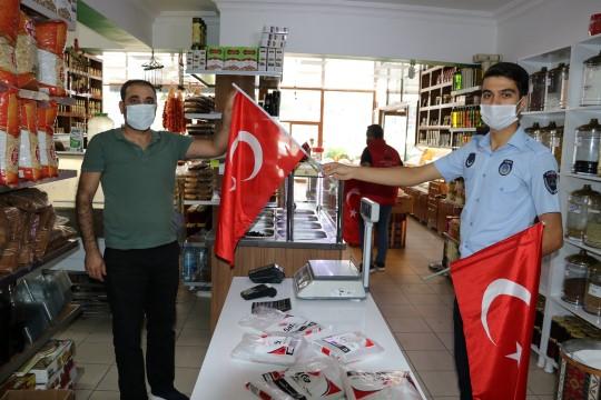 Esnafa cumhuriyet Bayramı hediyesi bayrak oldu (Videolu Haber)