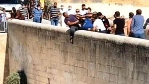 İntihara kalkışan vatandaşı polis kurtardı