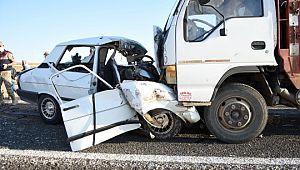 Kamyonet ile otomobil kafa kafaya çarpıştı: 2 ölü, 2 yaralı (Videolu Haber)