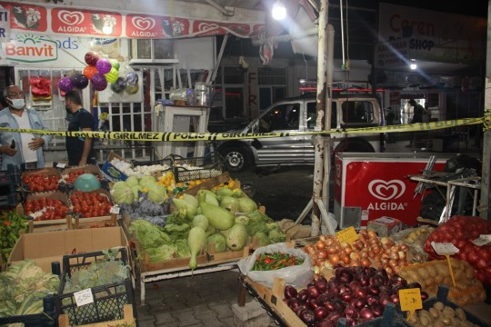 Kontrolden çıkan araç yemek yiyenlerin arasına daldı (Videolu Haber)