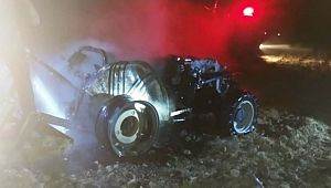 Tarlada alev alan traktör yanarak küle döndü