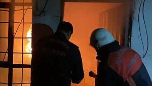 Ev yangınında 2 kişi dumandan etkilendi (Videolu Haber)