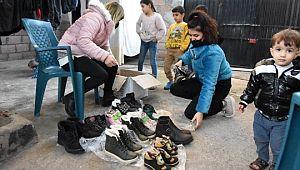 Suriyeli çocuklara mont ve bot yardımı