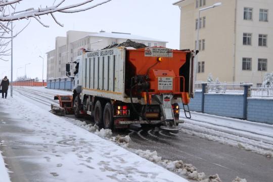 Karaköprü'de karlı yollara anında müdahale (Videolu Haber)