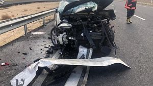 Otomobil beton mikserine çarptı: 2 ölü