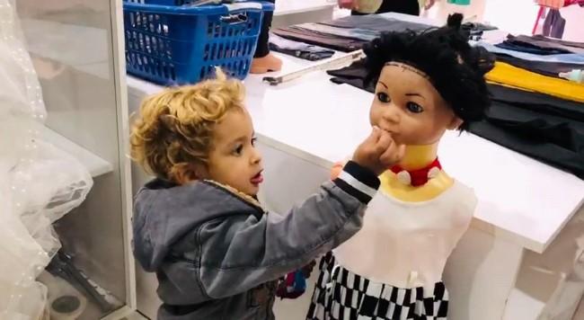 Suriyeli miniğin kekini cansız mankenle paylaşması yürekleri ısıttı (Video)