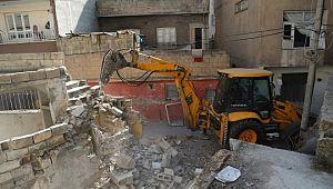 Haliliye'de riskli ve metruk yapıların yıkımı gerçekleştiriyor (Videolu Haber)