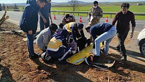 Şanlıurfa'da otomobil ağaca çarptı: 2 yaralı (Videolu Haber)
