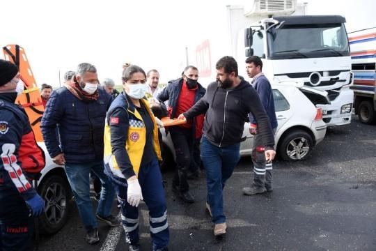 Takla atan otomobil karşı şeritteki araçlara çarptı: 2 yaralı (Videolu Haber)