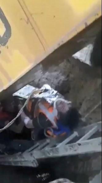 Göçük altında kalan işçilerin kurtarılma anı kamerada ( Video Haber )
