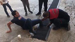 Ayağı mazgala sıkışan genci itfaiye kurtardı ( Video Haber )