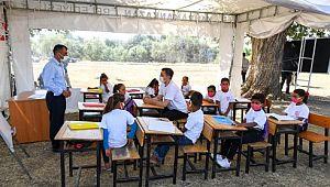Bakan Selçuk 'Mobil Okul'da çocuklarla masal dinleyip boyama yaptı