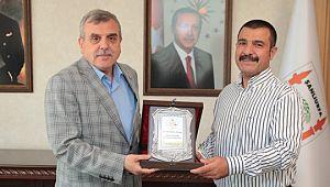 Başkan Beyazgül'den emekliye ayrılan Esen'e teşekkür plaketi
