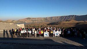Aktivistlerden Nemrut Dağı'nda 360 derecelik farkındalık yürüyüşü