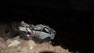 Araç köprüden aşağı düştü: 2 ölü, 1 yaralı ( Video Haber )