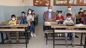 Okulun ilk gününde öğrencileri yalnız bırakmadı