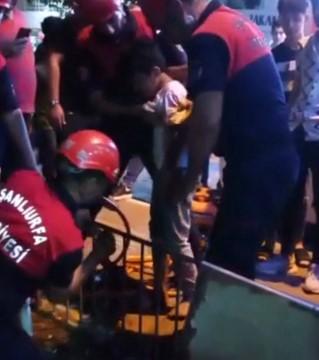 Oyun oynarken demir korkuluğa sıkıştı, yardımına itfaiye yetişti ( Video Haber )