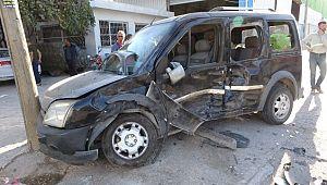 Adana'da iki hafif ticari araç kafa kafaya çarpıştı: 13 yaralı ( Video Haber )