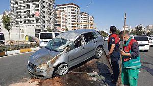 Şanlıurfa'da ters dönen otomobilin sürücüsü yaralandı ( Video Haber )