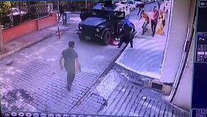 Zırhlı polis aracı yola fırlayan çocuğa çarptı ( Video Haber )
