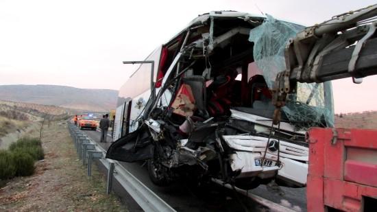 Yolcu otobüsü tıra çarptı: 8 yaralı