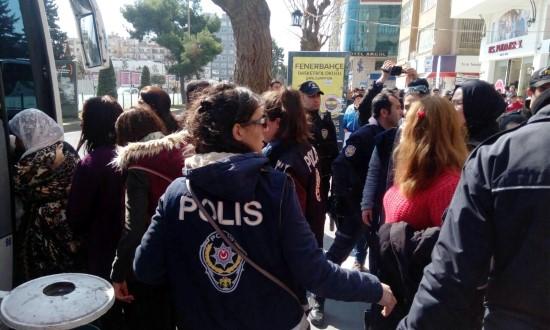 Dilek Öcalan'ın da katıldığı izinsiz gösteriye polis müdahale etti
