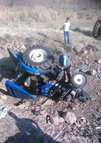 El freni çekilmeyen traktör köprüden aşağı düştü