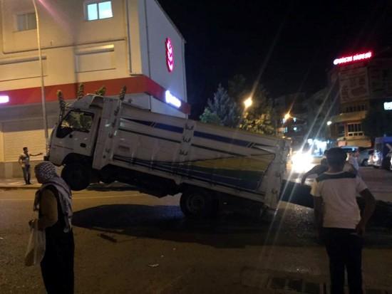Seyir halindeki kamyonetin ön tekerlekleri havaya kalktı