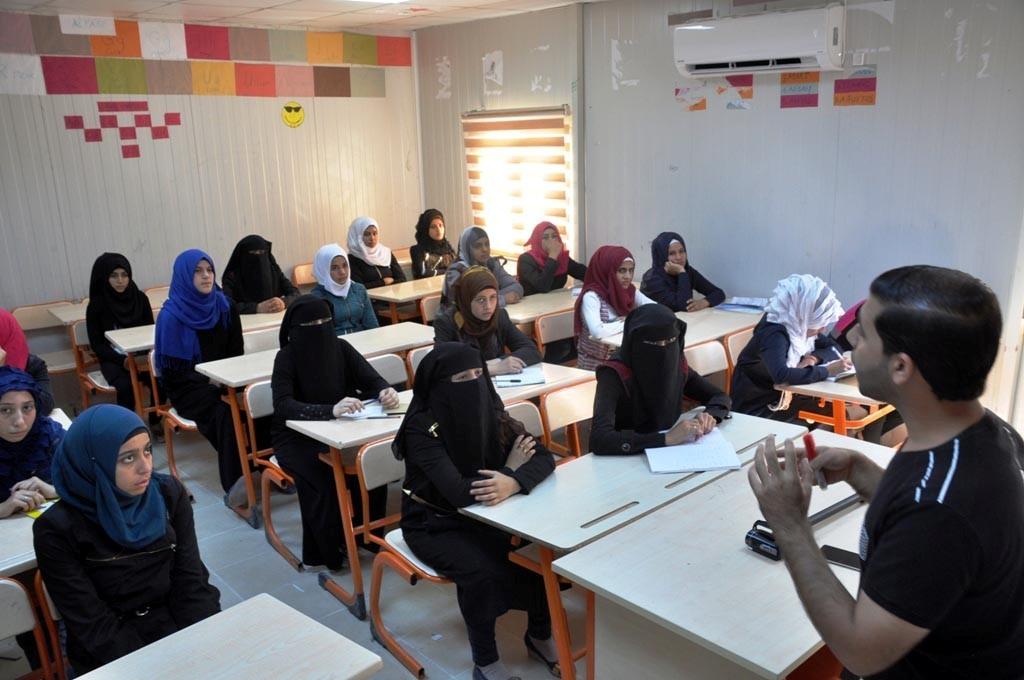 Çadırkentte kalan 8 bin Suriyeli öğrenci bugün ders başı yaptı
