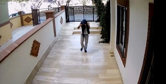 Yüzünü gizleyen hırsızı yürüyüşü ele verdi