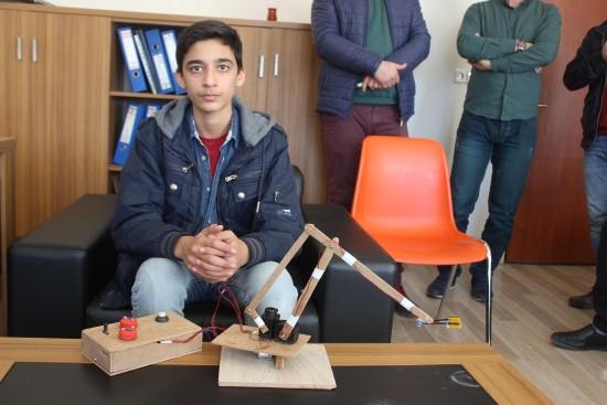 Siverekli öğrenci atık malzemelerden biyonik el yaptı