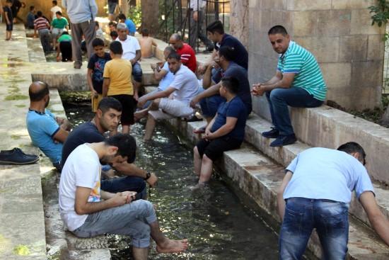 Ramazan'da sıcaktan bunalanlar soluğu Balıklıgöl'de alıyor
