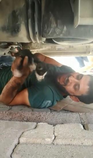 Otomobilin motor kısmına sıkışan kediyi vatandaş kurtardı
