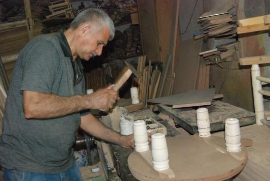 38 yıldır tahta oymacılığı mesleğini sürdürüyor