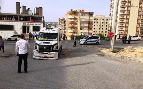 Servis minibüsüyle motosiklet çarpıştı: 1 ölü, 1 yaralı