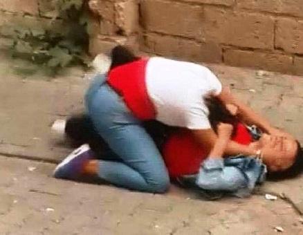 Liseli kızların sokak ortasındaki kavgası kamerada
