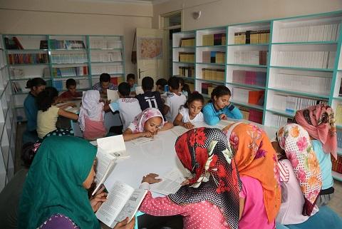 Gençler kitap otağında kitap okuyor