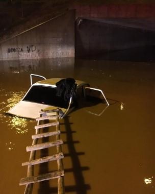 Sele kapılan otomobildeki 3 kişi ahşap merdiven yardımıyla kurtarıldı