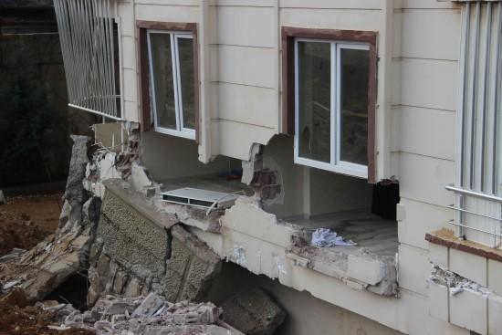 Bahçe duvarı çocukların uyuduğu odanın içine yıkıldı