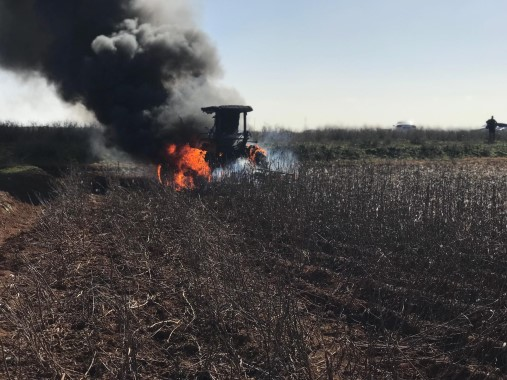 Tarlada seyir halindeki traktör alev alev yandı