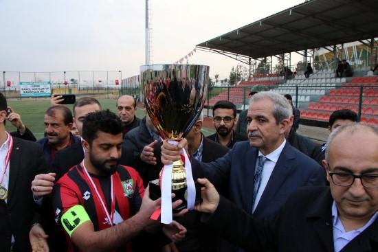 Şampiyona kupasını belediye başkanı verdi