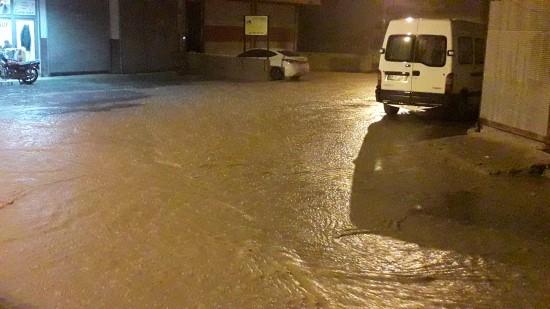 Şanlıurfa'da sağanak yağmur caddeleri göle çevirdi