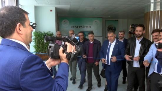 Gazeteciler açılış yaptı belediye başkanı kamerayla görüntüledi