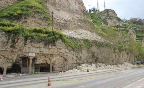 Kayaların koparak yola düştüğü dağ tehlike saçıyor