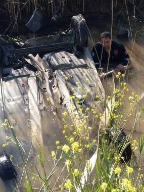 Kanala düşen otomobilin sürücüsü boğulmaktan son anda kurtarıldı
