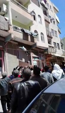 Balkondan düşen çocuğu vatandaşlar havada yakaladı